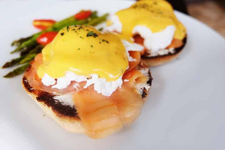 Eggs-Benedict-with-salmon